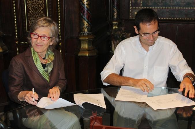 A la derecha, Ignasi Giménez, alcalde de Castellar del Vallés, en la firma del nuevo convenio establecido con Humana