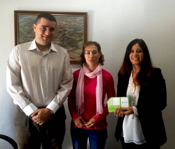 De izquierda a derecha, Alberto E. Fernández, alcalde de Santa Cruz del Retamar, Celia Merchán, Presidenta de SOS Retamar y Soledad Vera, de Humana