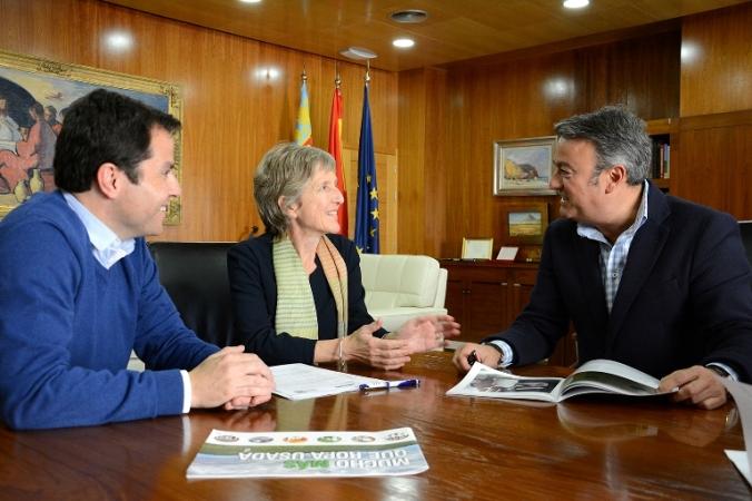 De izquierda a derecha, Salva Palacios, Elisabeth Molnar y José Chulvi, en el despacho de este último.
